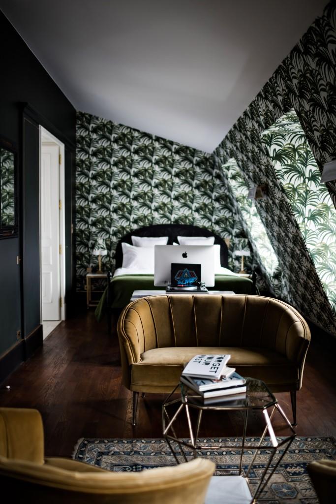 Chambre d'hotel avec papier peint feuilles de palmier
